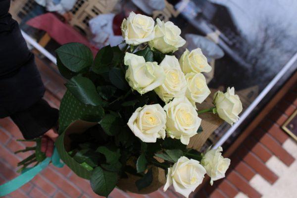 11 belyh roz