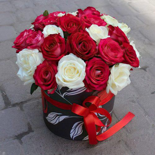 Капелюшна коробка 27 троянд мікс фото