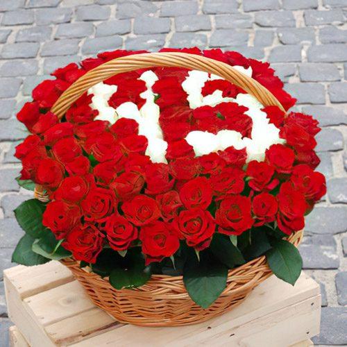 букет 101 троянда з цифрами в кошику