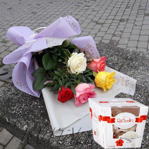 """Фото товару 7 кремових троянд і """"Raffaello"""""""