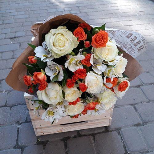 фото Кремова троянда і спрей