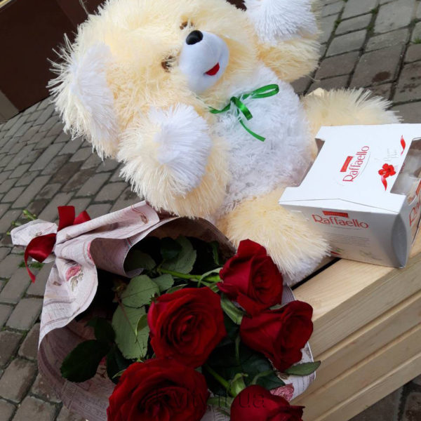 Троянди, плюшевий ведмедик та цукерки