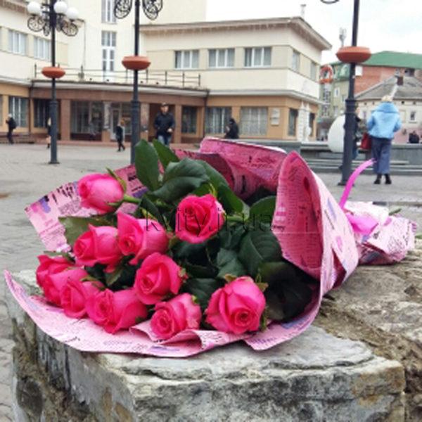11 малинових троянд