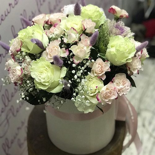 """Капелюшна коробка """"Світлі почуття"""" мікс квітів"""