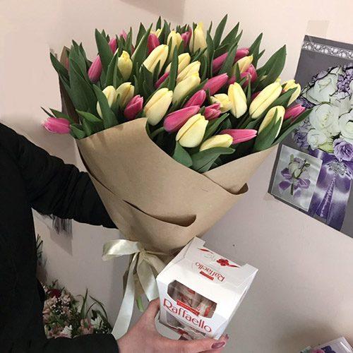 """подарунок 51 тюльпан асорті та """"Raffaello"""""""