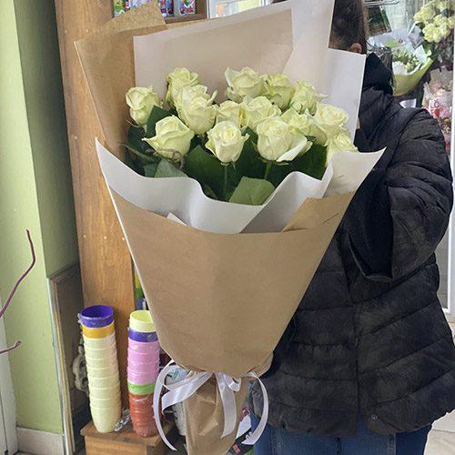 15 білих троянд фото