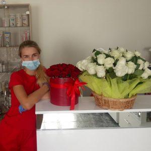 Два букети троянд червоні і білі
