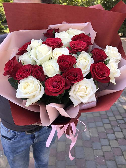 букет білих та червоних троянд