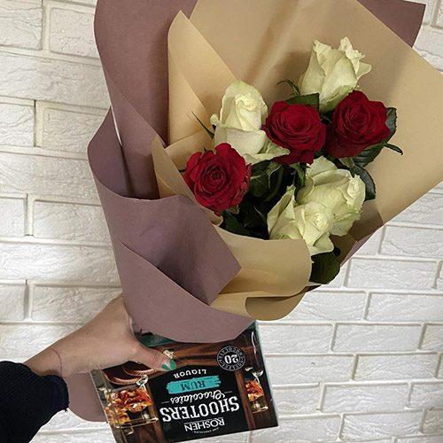 фото букета 7 червоно-білих троянд і цукерки